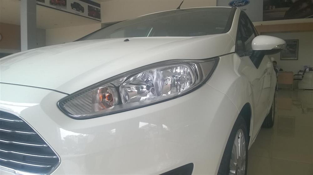 Bán Ford Fiesta Titanium đời 2015, màu trắng, 550 triệu