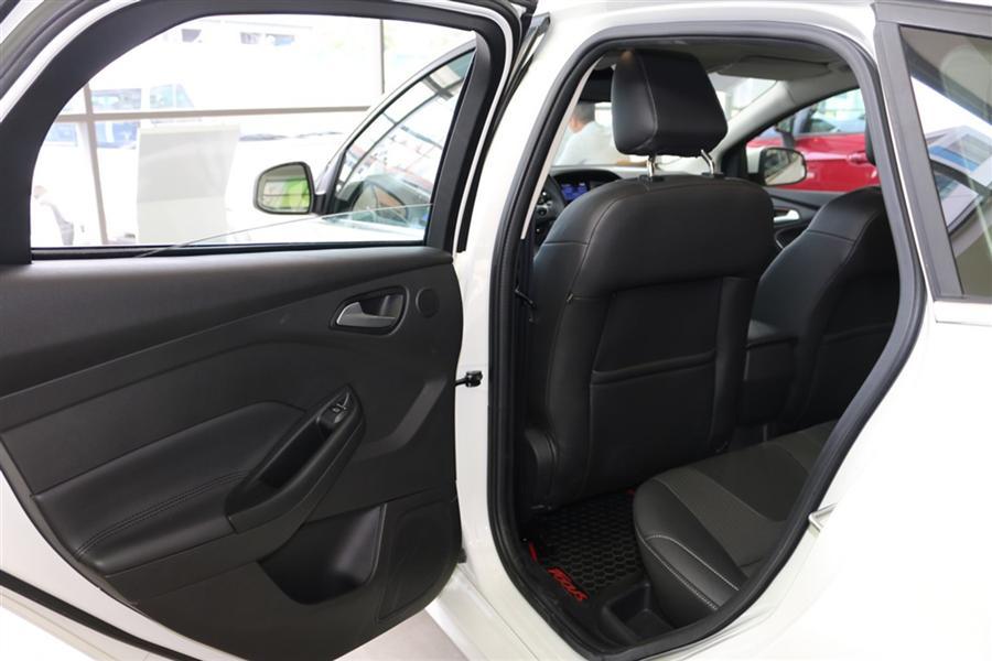 Bán nhanh xe Ford Focus Sport màu trắng