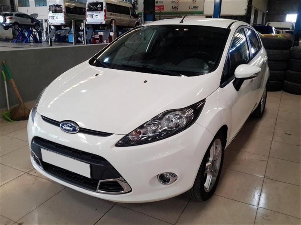 Ford Fiesta S màu trắng, đời 2012