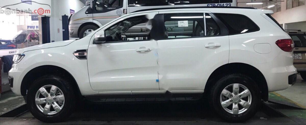 Cần bán xe Ford Everest Ambiente 2.0 4x2 MT năm 2019, màu trắng, nhập khẩu