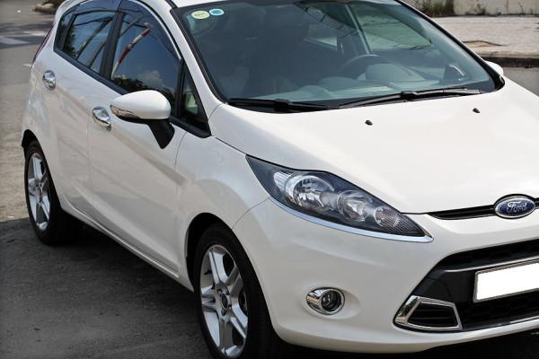 Gia đình cần bán Ford Fiesta 2011 Hatchback, số tự động, màu trắng