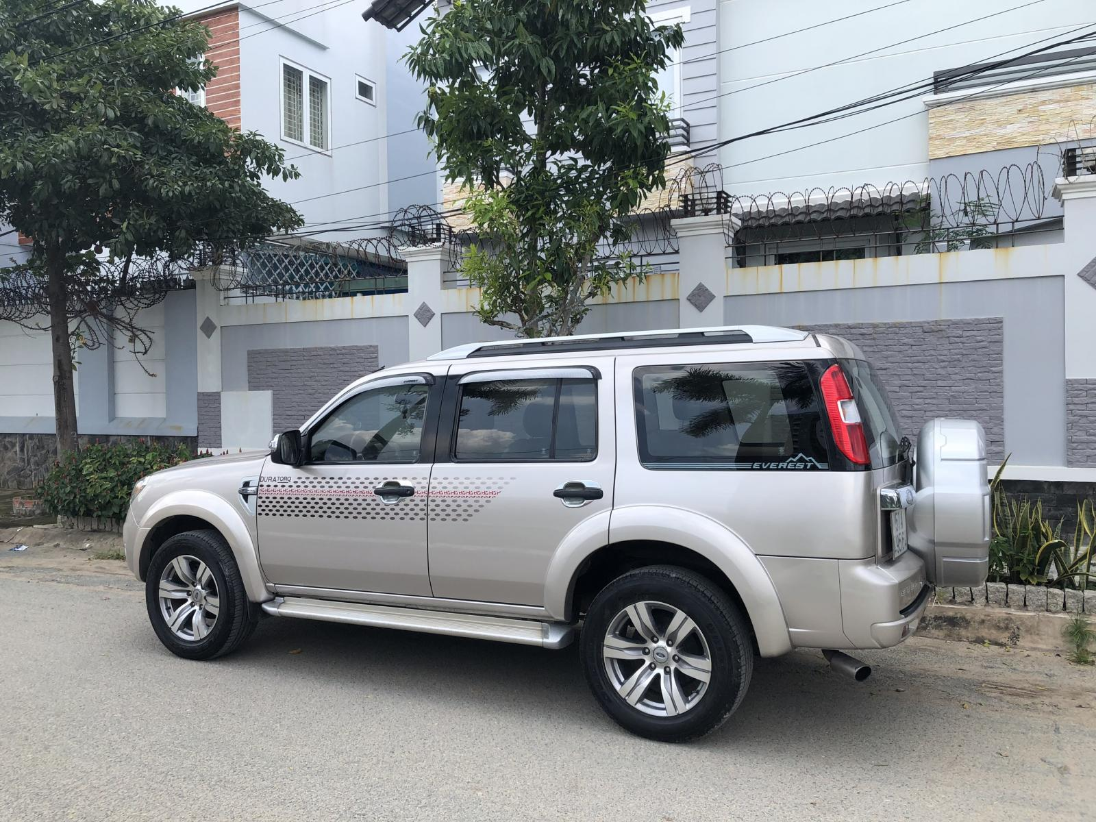 Cần bán xe Ford Everest Limited 4x2 AT, đời 2010, màu hồng