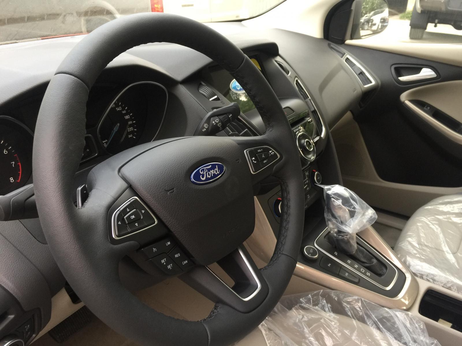 Ford Focus 1.5 Ecoboost Titanium 2019 màu trắng giao luôn, giá giảm còn 700 triệu