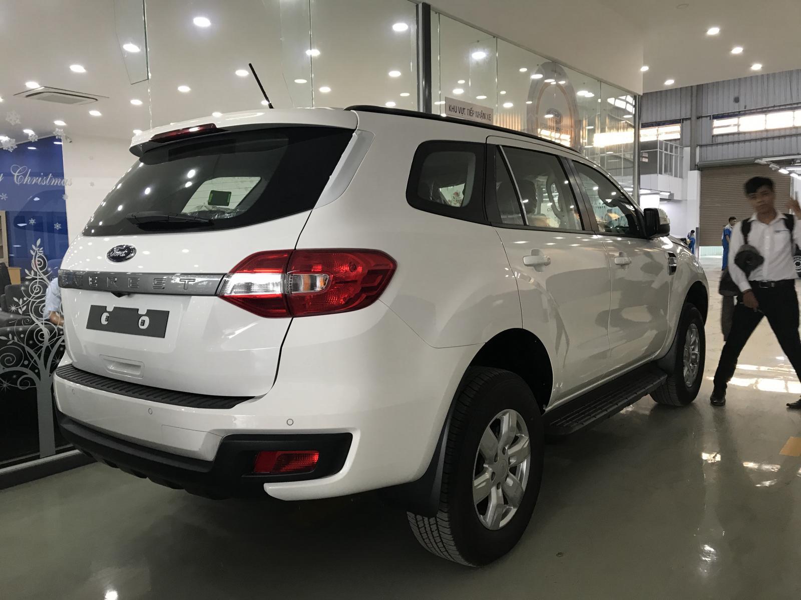 Bán xe Ford Everest Ambiente MT đời 2018, màu trắng, nhập khẩu nguyên chiếc